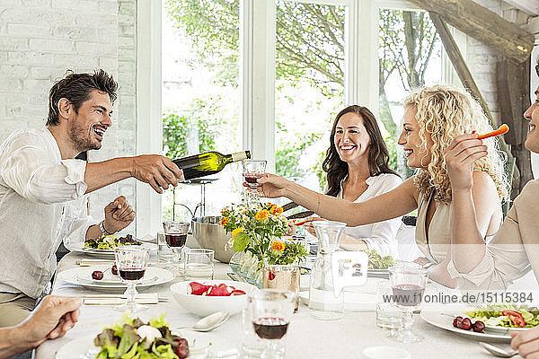 Hapüpy Familie feiert gemeinsam  trinkt Wein