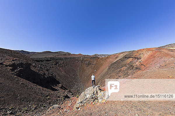 Tourist vor dem Krater Kalu'uoka'o'o  Sliding Sands Trail  Haleakala-Vulkan  Haleakala-Nationalpark  Maui  Hawaii  USA