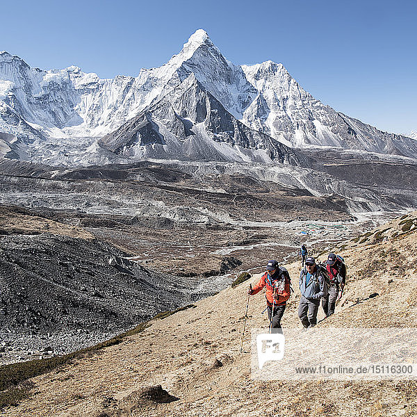 Nepal  Solo Khumbu  Everest  Group of mountaineers at Chukkung Ri