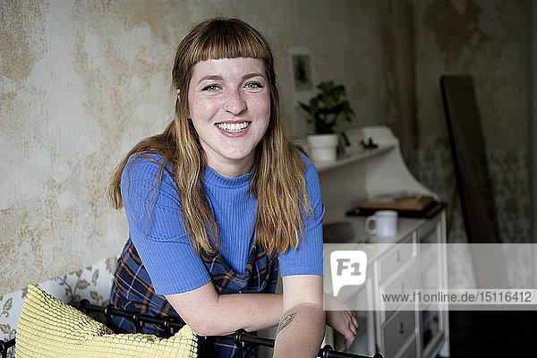 Studentin in ihrem Zimmer mit Blick in die Kamera