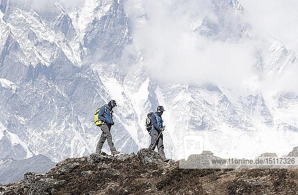 Nepal  Solo Khumbu  Everest  Bergsteiger und Sherpa beim Wandern in den Bergen