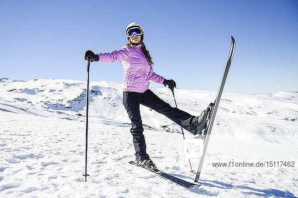 Glückliche Frau in schneebedeckter Landschaft in der Sierra Nevada  Andalusien  Spanien