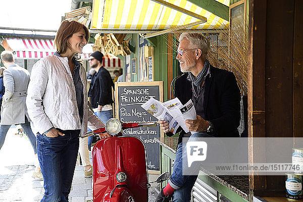 Treffen eines reifen Paares auf dem Markt  Broschüre zum Thema Männerzucht