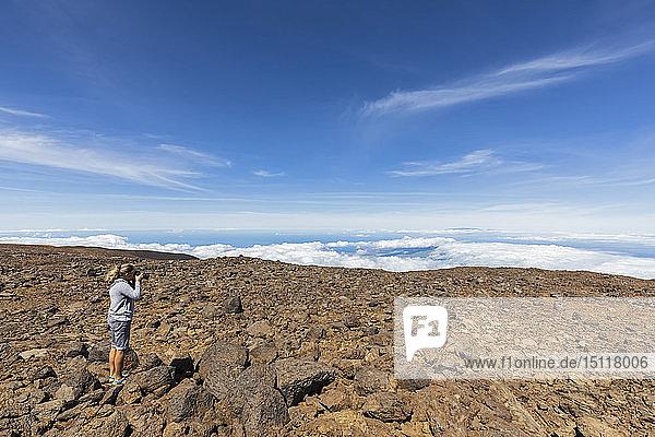 USA  Hawaii  Vulkan Mauna Kea  Touristin beim Fotografieren der Vulkanlandschaft