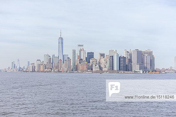 Skyline am Wasser mit dem One World Trade Center von der Upper New York Bay aus gesehen  Manhattan  New York City  USA