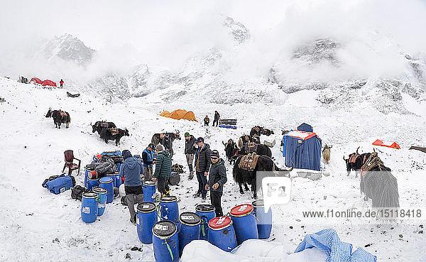 Nepal  Solo Khumbu  Bergsteiger im Everest Basislager