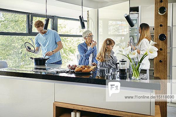 Drei Genarationsfamilien bereiten Essen in der Küche zu