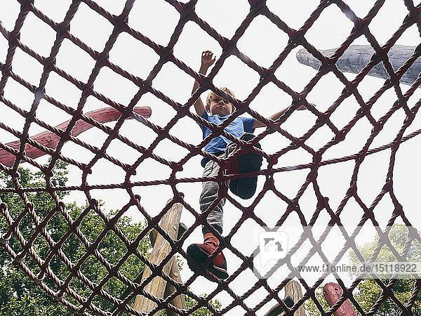 Kleiner Junge läuft im Jungle Gym