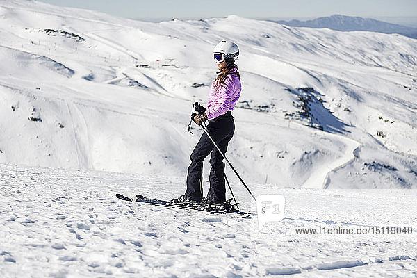 Skifahrende Frau auf schneebedeckter Landschaft in der Sierra Nevada  Andalusien  Spanien
