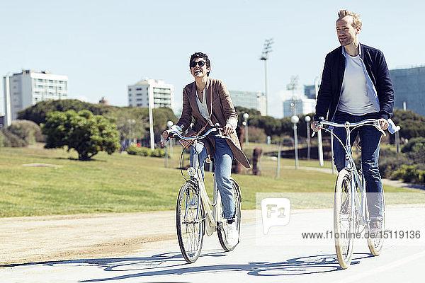 Paar mit Fahrrädern in Barcelona