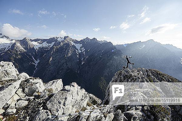 Österreich  Tirol  Gnadenwald  Hundskopf  Bergsteigerin auf einem Bein stehend