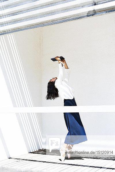 Ballett-Tänzerin mit Tablett