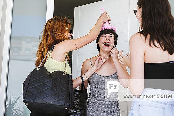 Freundinnen feiern Geburtstag  Freunde überraschen das Geburtstagskind an der Tür