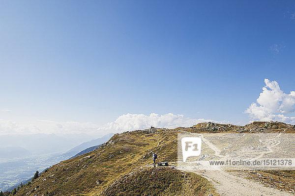 Wanderer auf dem Almbrunn-Wanderweg  Lammersdorfer Berg  Nockberge  Kärnten  Österreich