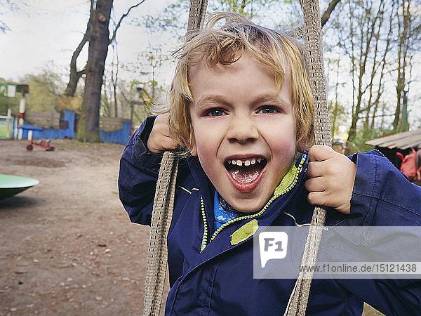 Porträt eines schreienden kleinen Jungen auf dem Spielplatz