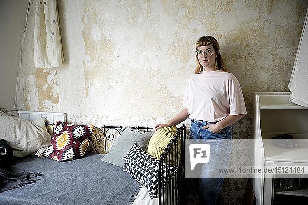Studentin in ihrem Zimmer
