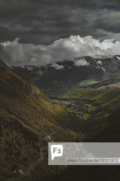 Gewitterwolken auf dem Berg in Frankreich