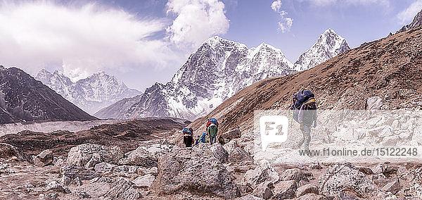 Nepal  Solo Khumbu  Everest  Gruppe von Bergsteigern beim Wandern in Lobuche