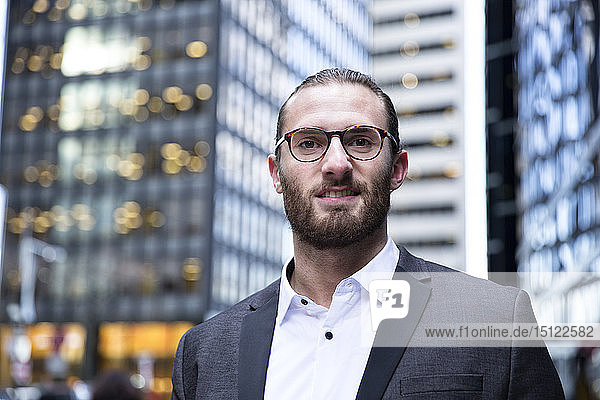 Porträt eines bärtigen jungen Geschäftsmannes  New York City  USA