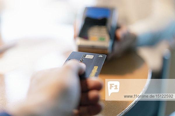 Mann mit Kreditkartenleser  Nahaufnahme