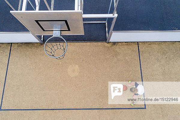 Junge Basketball spielende Frau  Draufsicht