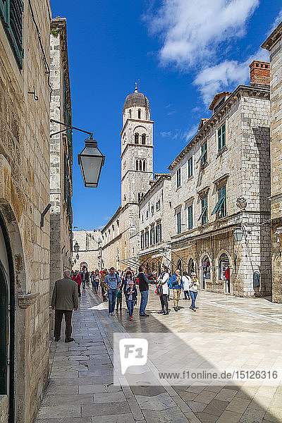 Visitors on Stradun and Franciscan Church and Monastery  Dubrovnik Old Town  UNESCO World Heritage Site  Dubrovnik  Dalmatia  Croatia  Europe