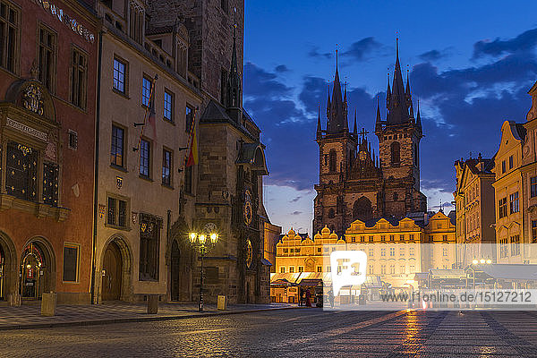 Our Lady before Tyn Church and the old town market square at dawn  UNESCO World Heritage Site  Prague  Bohemia  Czech Republic  Europe