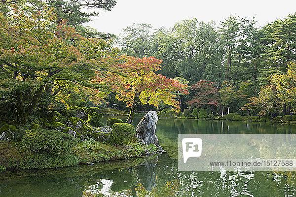 Autumn foliage on Horajima Island in Kasumi Pond in the Kenrokuen Garden  Kanazawa  Ishigawa  Japan  Asia