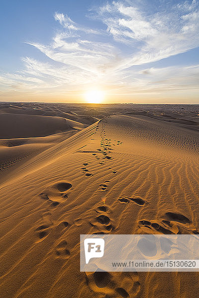 Sunset in the giant sand dunes of the Sahara Desert  Timimoun  western Algeria  North Africa  Africa
