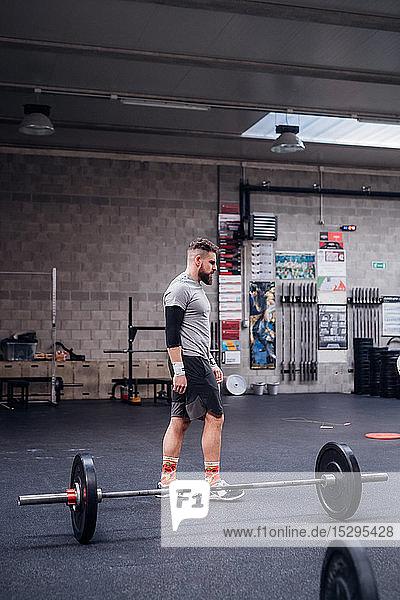 Junger Mann trainiert im Fitnessstudio