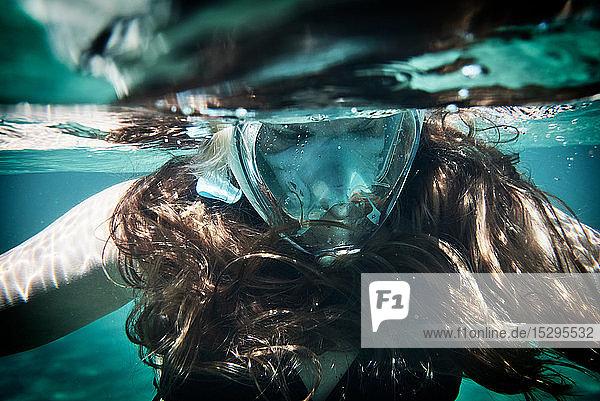 Unterwasseraufnahme einer reifen Frau beim Schnorcheln unter der Meeresoberfläche  Nahaufnahme  Limnos  Chios  Griechenland Unterwasseraufnahme einer reifen Frau beim Schnorcheln unter der Meeresoberfläche, Nahaufnahme, Limnos, Chios, Griechenland