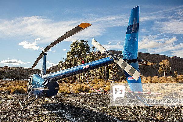Hubschrauber am Boden in ländlicher Landschaft  Rückansicht  Kapstadt  Westkap  Südafrika