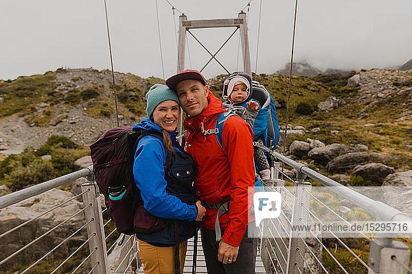 Wandererpaar mit Baby auf Hängebrücke  Wanaka  Taranaki  Neuseeland