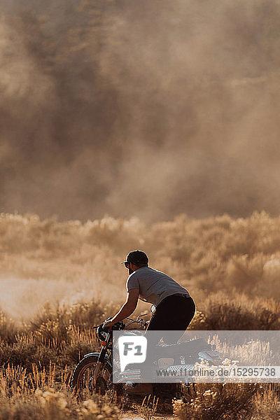 Motorradfahrer  die Staub aufwirbeln  Kennedy Meadows  Kalifornien  USA
