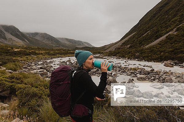 Wanderer trinken  Aussicht auf die Wildnis geniessen  Wanaka  Taranaki  Neuseeland