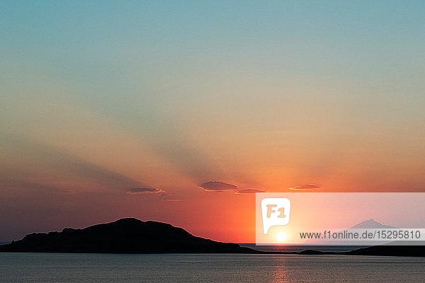 Malerischer Sonnenuntergang über den Küstengebirgen  Limnos  Khios  Griechenland Malerischer Sonnenuntergang über den Küstengebirgen, Limnos, Khios, Griechenland
