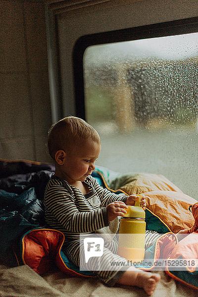 Baby spielt im Wohnmobil  Queenstown  Canterbury  Neuseeland
