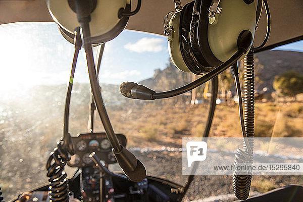 Hubschrauber-Innenausstattung mit Bedienpult und Kopfhörern  Kapstadt  Westkap  Südafrika