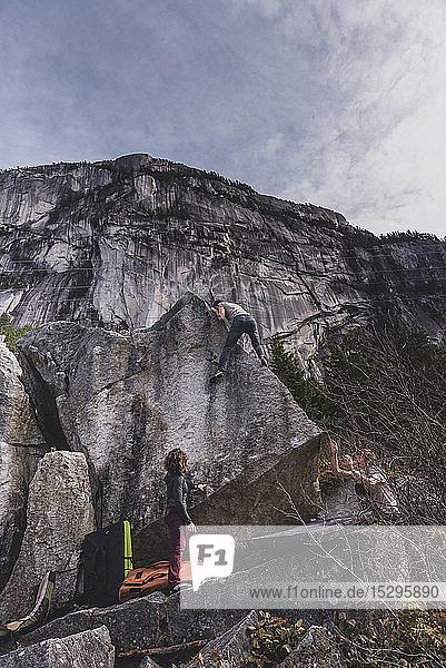 Bergsteiger beim Bouldern  von Freunden beobachtet  Squamish  Kanada