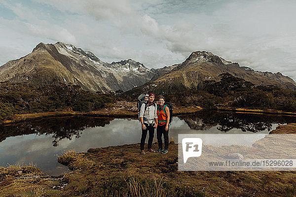 Wandererpaar mit Baby am See  Queenstown  Canterbury  Neuseeland