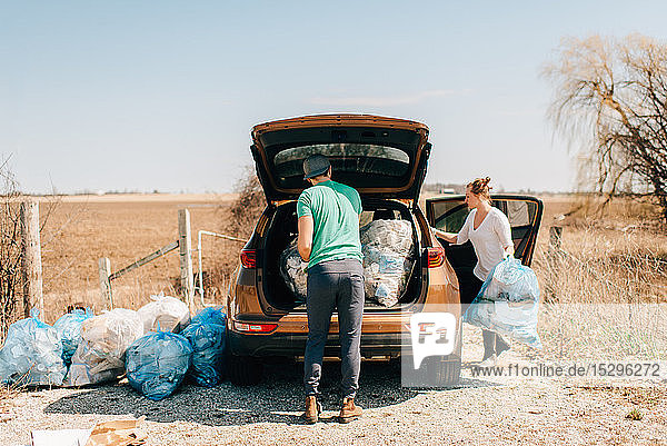 Ehepaar legt Müllsäcke in den Kofferraum  Georgetown  Kanada