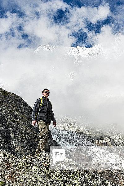 Wanderer geniessen den Spaziergang  Saas-Fee  Wallis  Schweiz