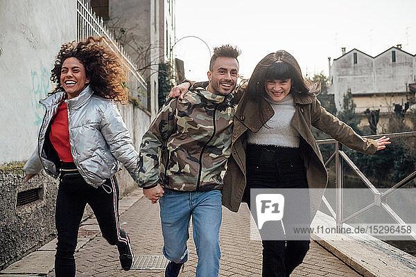 Freunde lachen und spielen am Fluss  Mailand  Lombardei  Italien