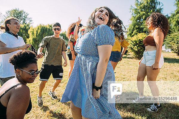 Gruppe von Freunden tanzt im Park