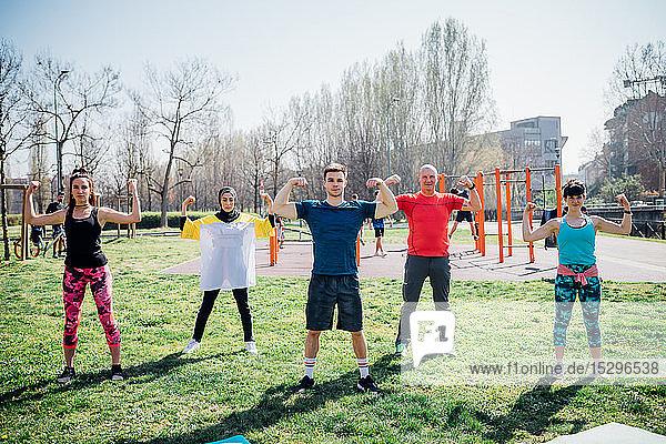 Calisthenics-Kurs im Fitnessstudio im Freien  Frauen und Männer  die ihre Armmuskeln beugen