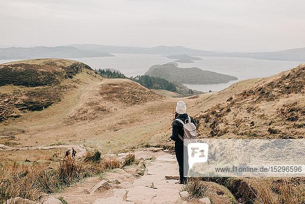 Trekker mit Blick auf Loch Lomond  Trossachs-Nationalpark  Kanada