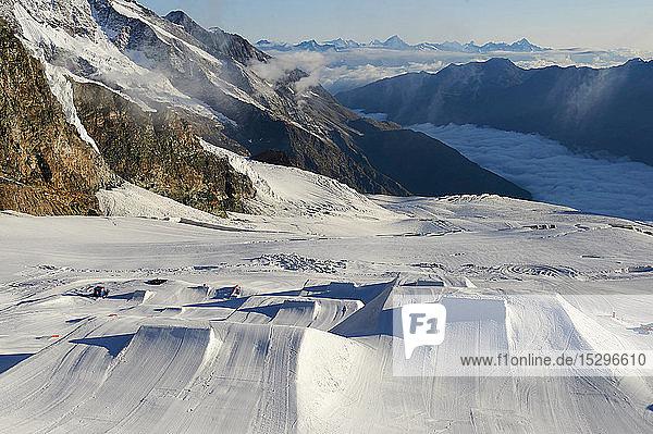 Schneelandschaft am Fusse der Bergkette  Saas-Fee  Wallis  Schweiz