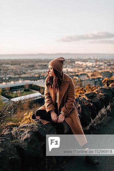 Frau genießt Aussicht von Calton Hill  Edinburgh  Schottland