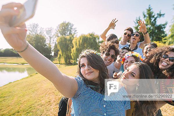 Eine Gruppe von Freunden nimmt sich selbst im Park mit