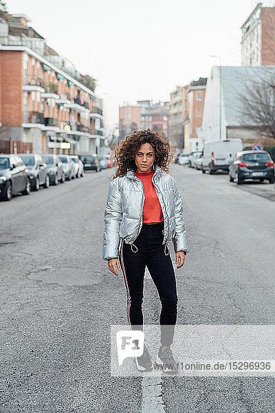 Junge Frau mitten auf der Straße  Mailand  Lombardei  Italien